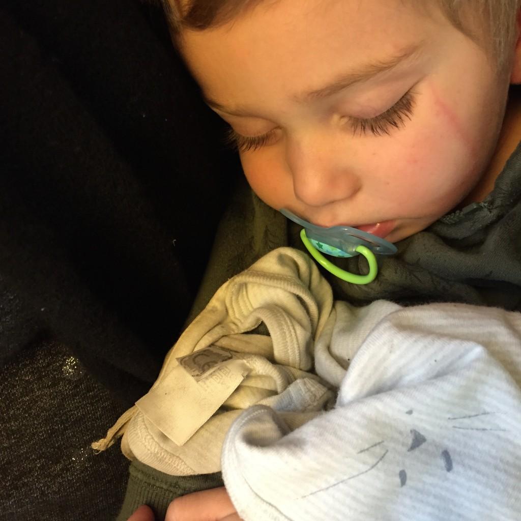 Le petit garçon, la balafre et le doudou